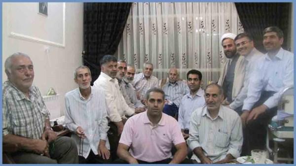 حاج آقا افشار پدر شهید افشار در حلقه نمازگزاران